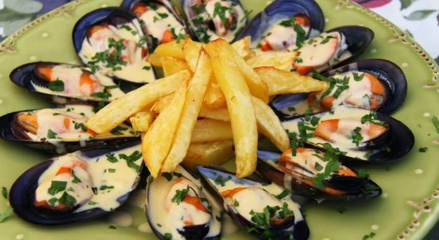 Moules frites (mejillones-patatas fritas) cosas tipicas de francia